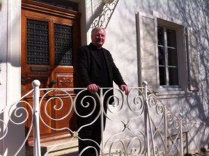 Pfarrer vor Pfarrhaus